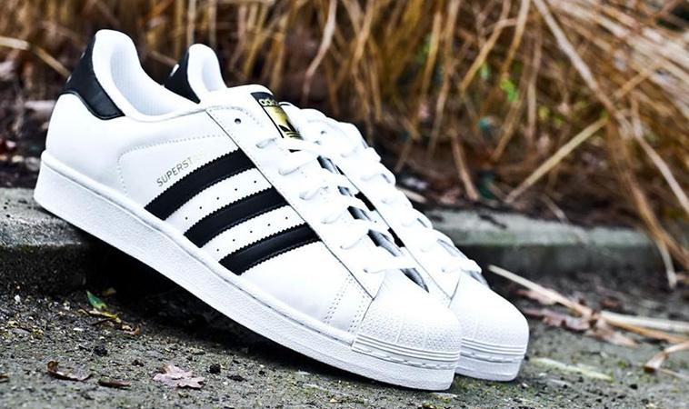 f72497be4603c Adidas Superstar so zlatým logom Adidas